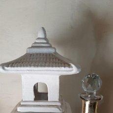 Antigüedades: IMPRESIONANTE TEMPLO EN TERRACOTA PARA VELA Y BOTELLA DE PERFUME EN VIDRIO DECORADO. Lote 235545510