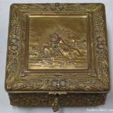 Antigüedades: ANTIGUA CAJA DE COBRE DORADO. ESCENA GALANTE. HACIA 1900. Lote 235582275