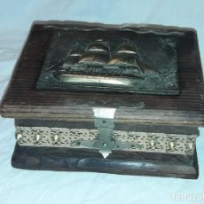 Antigüedades: BELLA CAJA DE MADERA MACIZA CON DECORACIÓN EN BRONCE CARABELA. Lote 235612005