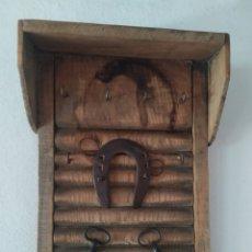 Antigüedades: CUELGA LLAVES. Lote 235623845