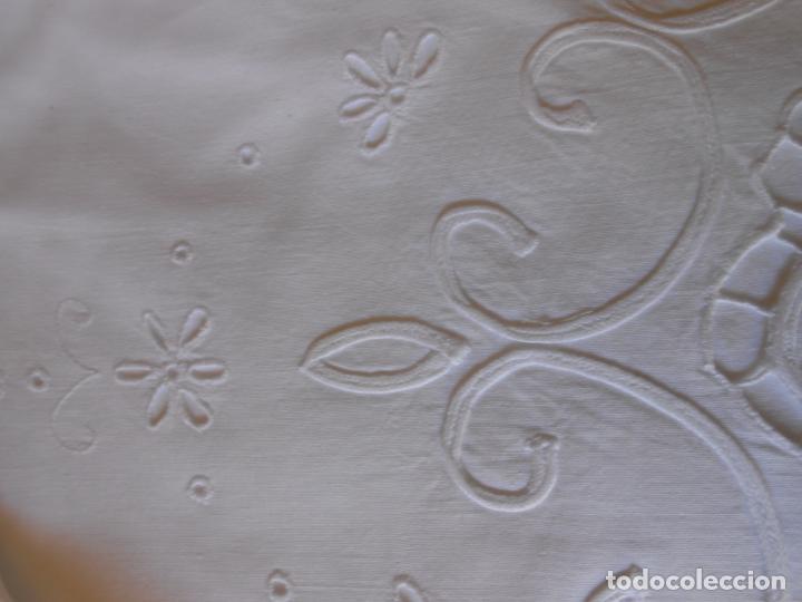 Antigüedades: Juego sabanas bordado.cama matrimonio.Algodon BLANCO 240 x 280cm.2 fundas alm. NUEVO - Foto 7 - 235644255