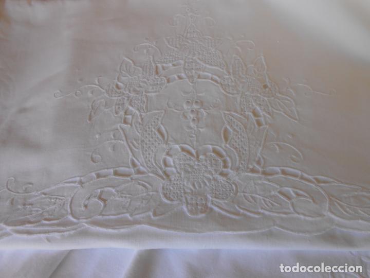 Antigüedades: Juego sabanas bordado.cama matrimonio.Algodon BLANCO 230 x 275 cm.1 funda alm. NUEVO - Foto 4 - 235658785