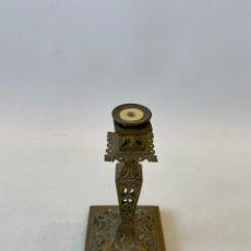 Antigüedades: CANDELABRO DE BRONCE CON BASE EN FORMA CUADRADA. MUY DECORADO.. Lote 235659530