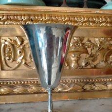 Antigüedades: ANTIGUO CALIZ COPA COPON METAL PALTEADO , CON BASE FLORAL Y UVAS 17,5 CM ALTURA. Lote 235678925
