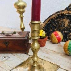 Antiquités: CANDELABRO DE BRONCE O LATON CON BASE CUADRADA ANTIGUA PALMATORIA PORTAVELAS AÑOS 50-60 CANDELERO. Lote 101087027