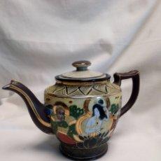 Antigüedades: TETERA DE PORCELANA JAPONESA ESTILO SATSUMA CON ESMALTES EN RELIEVE. SELLADA. Lote 235714120