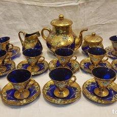 Antigüedades: JUEGO CAFE CRISTAL AZUL Y ORO FINO ,12 PLATOS Y TAZAS ,LECHERA ,CAFETERA Y AZUCARERA. Lote 235787950