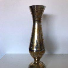 Antigüedades: FLORERO DE LATÓN VINTAGE. Lote 235799500