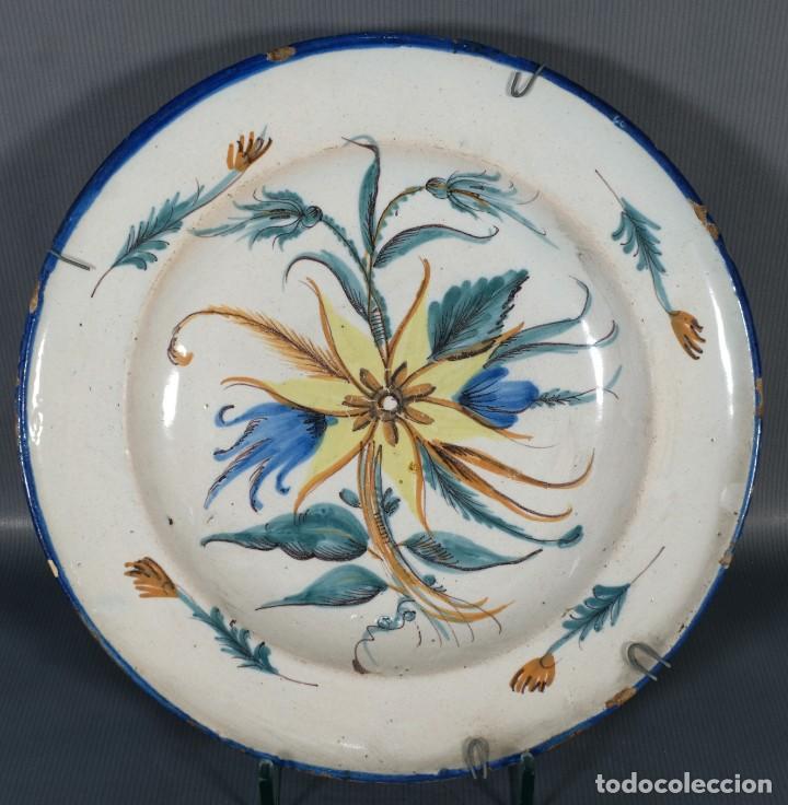 PLATO EN CERÁMICA DE RIBESALBES DECORACIÓN FLORAL SIGLO XVIII (Antigüedades - Porcelanas y Cerámicas - Ribesalbes)