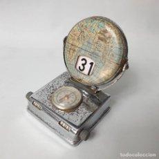 Antigüedades: CALENDARIO PERPETUO BASCULANTE OJALATA MAPAMUNDI ESCRITORIO VINTAGE 50'S. Lote 235858715
