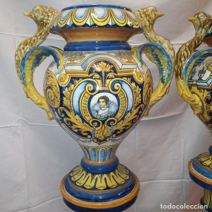 Antigüedades: PAREJA DE GRANDES JARRONES CON PEANA. CERÁMICA ESMALTADA. TRIANA (?). ESPAÑA. SIGLO XIX-XX - Foto 2 - 235876435