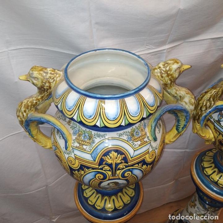 Antigüedades: PAREJA DE GRANDES JARRONES CON PEANA. CERÁMICA ESMALTADA. TRIANA (?). ESPAÑA. SIGLO XIX-XX - Foto 6 - 235876435