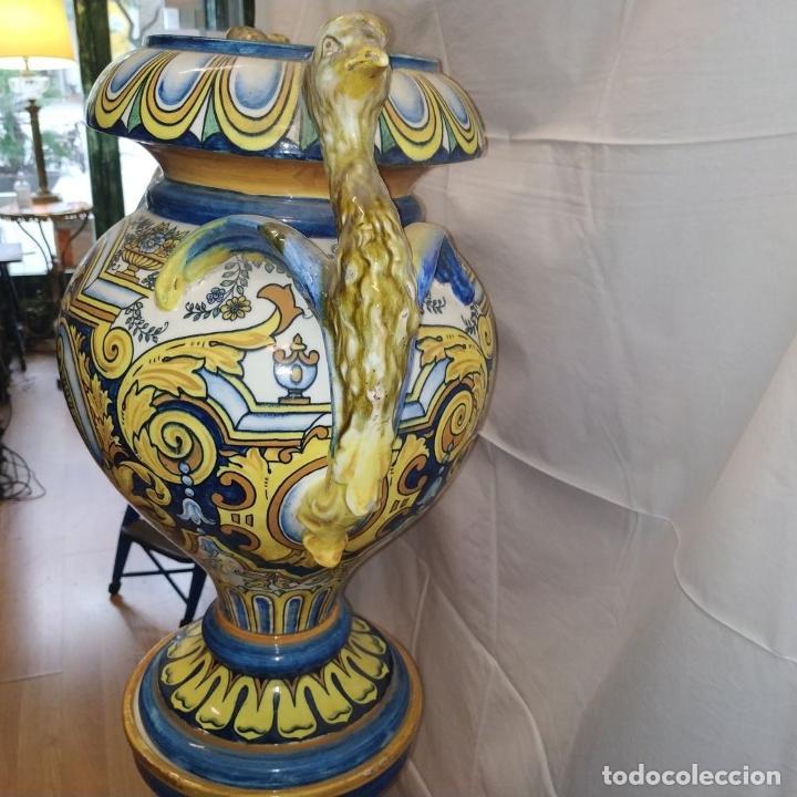 Antigüedades: PAREJA DE GRANDES JARRONES CON PEANA. CERÁMICA ESMALTADA. TRIANA (?). ESPAÑA. SIGLO XIX-XX - Foto 21 - 235876435