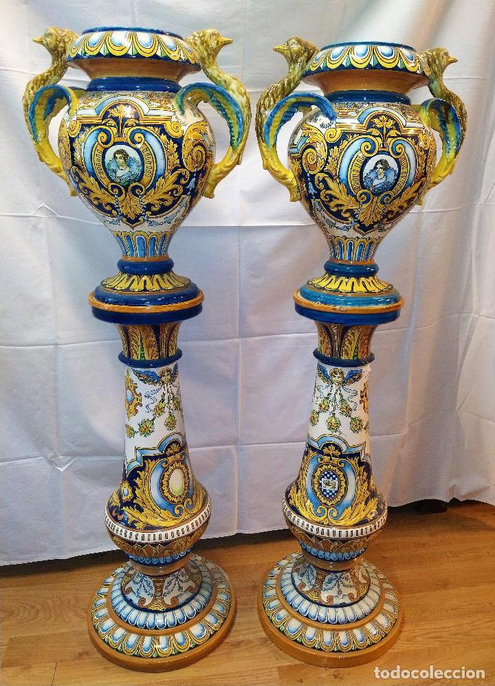 PAREJA DE GRANDES JARRONES CON PEANA. CERÁMICA ESMALTADA. TRIANA (?). ESPAÑA. SIGLO XIX-XX (Antigüedades - Porcelanas y Cerámicas - Triana)