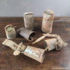 Antigüedades: LOTE DE 6 CENCERROS ANTIGUOS DE METAL Y CUERO ARTE PASTORIL ZONA PIRENAICA S XIX. Lote 235879330
