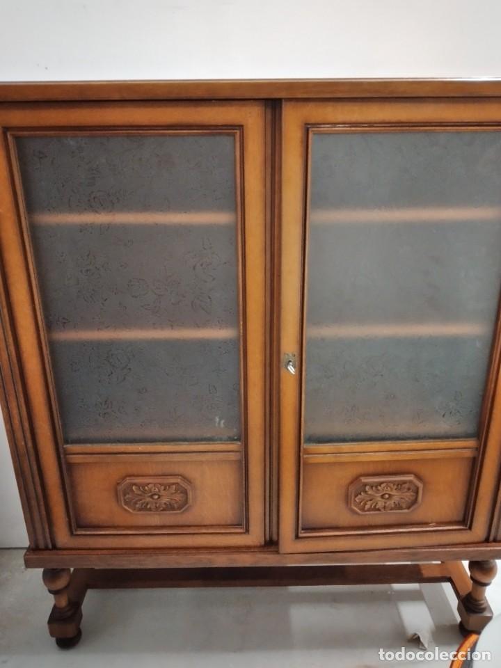 Antigüedades: Antigua vitrina de madera de cerezo, estil francés con decoraciones talladas. Cristales decorados. - Foto 2 - 235881625
