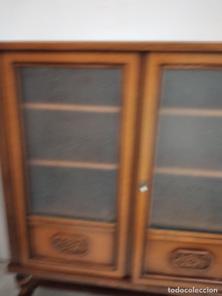 Antigüedades: Antigua vitrina de madera de cerezo, estil francés con decoraciones talladas. Cristales decorados. - Foto 3 - 235881625