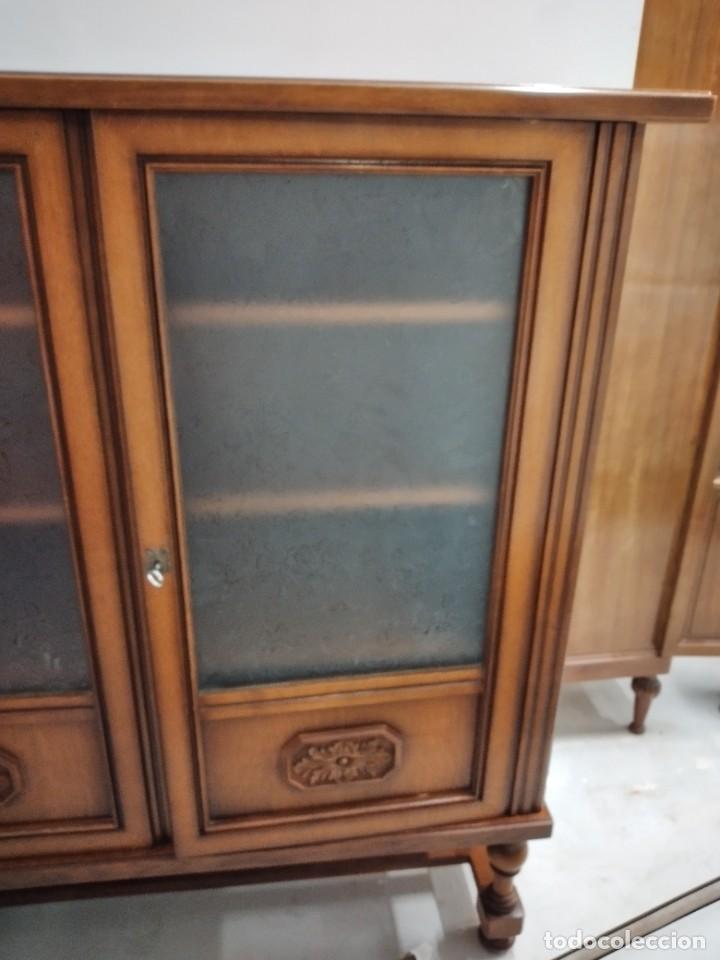 Antigüedades: Antigua vitrina de madera de cerezo, estil francés con decoraciones talladas. Cristales decorados. - Foto 4 - 235881625