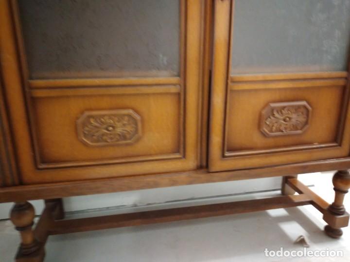 Antigüedades: Antigua vitrina de madera de cerezo, estil francés con decoraciones talladas. Cristales decorados. - Foto 6 - 235881625