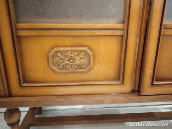 Antigüedades: Antigua vitrina de madera de cerezo, estil francés con decoraciones talladas. Cristales decorados. - Foto 7 - 235881625