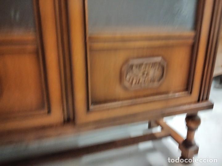 Antigüedades: Antigua vitrina de madera de cerezo, estil francés con decoraciones talladas. Cristales decorados. - Foto 8 - 235881625