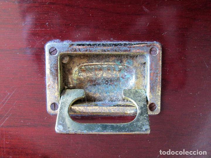Antigüedades: BAUL GRANDE DE MADERA LACADA EN CAOBA CON HERRAJES DE LATON - Foto 7 - 235914815