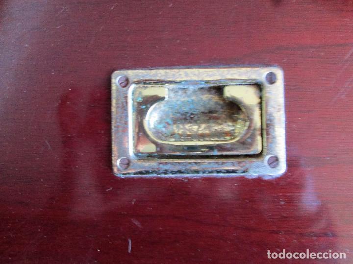 Antigüedades: BAUL GRANDE DE MADERA LACADA EN CAOBA CON HERRAJES DE LATON - Foto 8 - 235914815