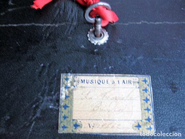Antigüedades: MUY ANTIGUO JOYERO, CAJA MUSICAL DE MADERA FORRADA Y CON APLIQUES METÁLICOS CIRCA CIRCA 1900 - Foto 4 - 235925525