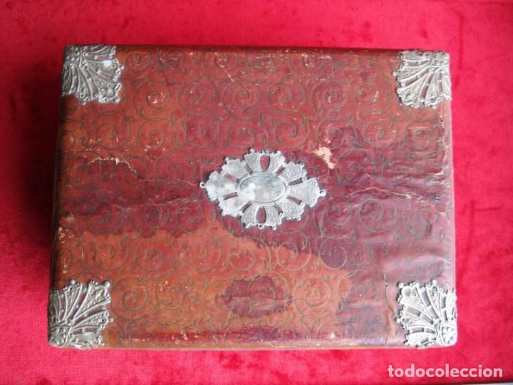 Antigüedades: MUY ANTIGUO JOYERO, CAJA MUSICAL DE MADERA FORRADA Y CON APLIQUES METÁLICOS CIRCA CIRCA 1900 - Foto 6 - 235925525