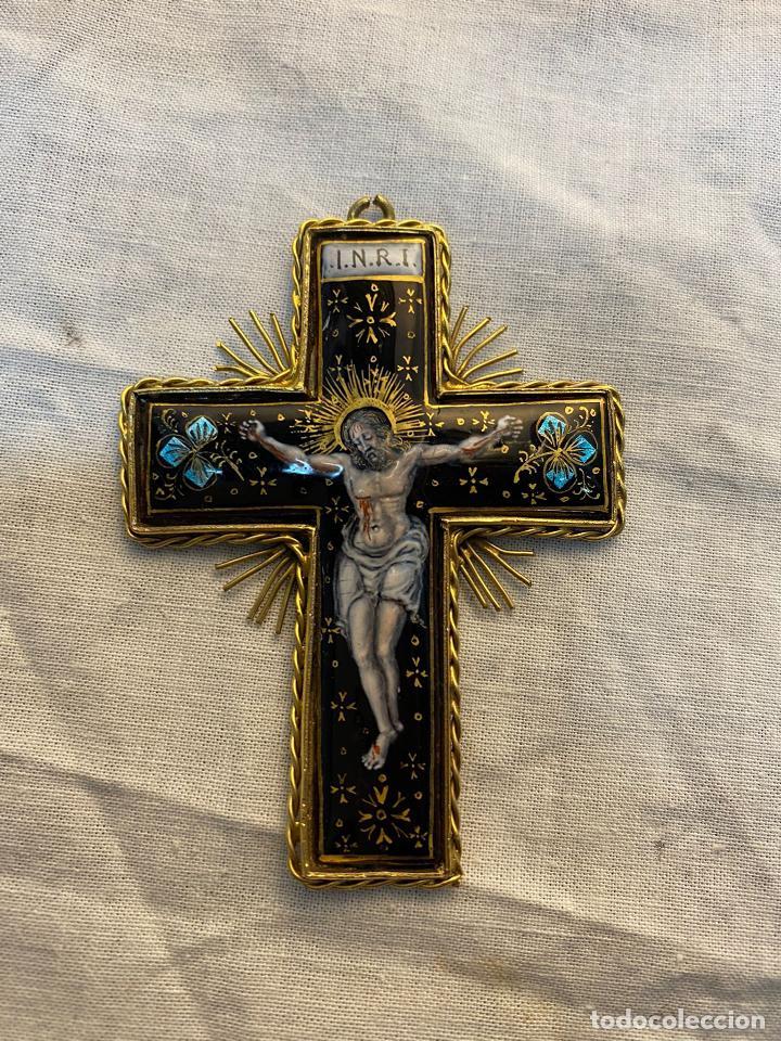 CRUZ DE ESMALTE DE LIMOGES CON MARCO DE METAL. (Antigüedades - Religiosas - Cruces Antiguas)