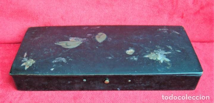 Antigüedades: CAJA, PLUMIER DE MADERA LACADO CON INCRIUSTACIONES METÁLICAS Y PINTADO A MANO, DE COLECCIÓN - Foto 4 - 235932780