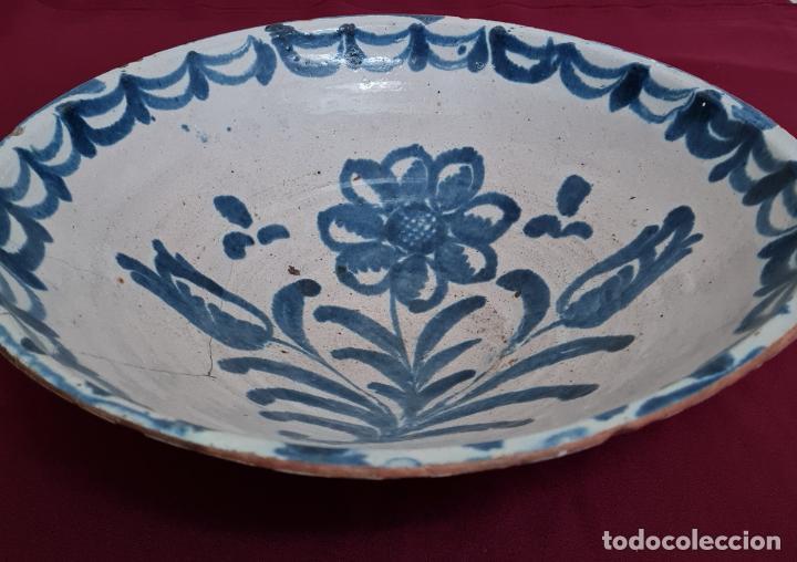 Antigüedades: EXCEPCIONAL FUENTE HONDA DE FILO VUELTO EN CERAMICA DE FAJALAUZA,(GRANADA),S. XVIII - Foto 2 - 236012315