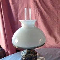 Antigüedades: ANTIGUA LAMPARA DE SOBREMESA FORMA DE QUINQUE .PIE DE METAL REPUJADO. TULIPA DE OPALINA, AÑOS 30. Lote 236018415