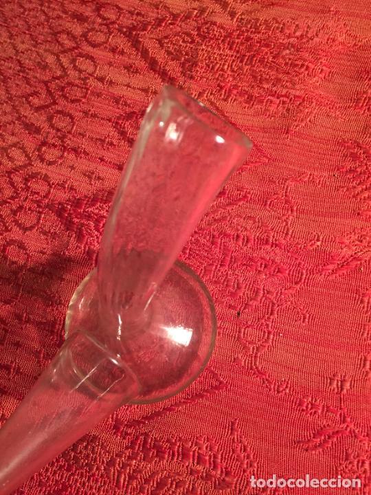 Antigüedades: Antiguo pequeño porrón de cristal transparente soplado a mano de los años 20-30 - Foto 3 - 236033640