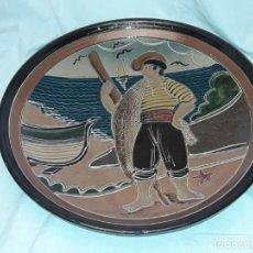 Antigüedades: MAGNIFICO GRAN PLATO DE CERÁMICA GUARDIOLA BELLO MOTIVO CON PESCADOR 35.5GR. Lote 236045560