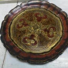 Antigüedades: ANTIGUO PLATO DE MADERA POLICROMADO Y TALLADO A MANO DIAMETRO 21 CM.. Lote 236052205