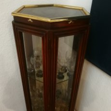 Antigüedades: VITRINA HEXAGONAL DE MADERA NOGAL MACIZA- MARCA VALENTÍ, MODELO ALTAMIRA.. Lote 236056620
