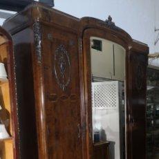 Antigüedades: ARMARIO DE MADERA CON MARQUETERIA. Lote 236093380