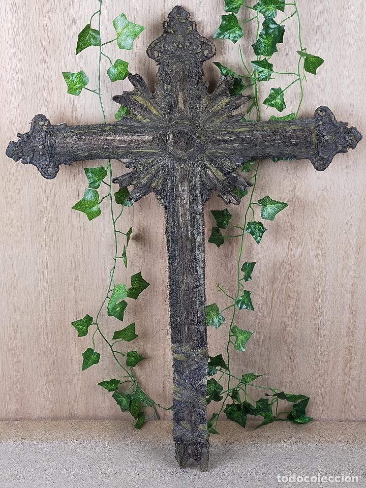 CURIOSA CRUZ MUY ANTIGUA EN HILO METALICO SOBRE TELA O PIEL SIGLO XIX (Antigüedades - Religiosas - Cruces Antiguas)