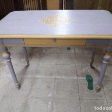 Antigüedades: MESA MADERA PINTADA Y DECORADA.. Lote 236108720