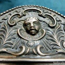 Antigüedades: ANTIGUO MARCO DE LATÓN REPUJADO - BELLA DECORACIÓN - ÁNGEL - TEMÁTICA VEGETAL - TAMAÑO PEQUEÑO. Lote 236121365