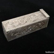 Antigüedades: ANTIGUO PINTALABIOS CON ESPEJO EN PLATA DE LEY CINCELADA CON CONTRASTE. Lote 236152305