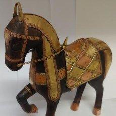 Antigüedades: HERMOSO CABALLO ARABE EN MADERA INDIA TALLADO A MANO CON ADORNOS DE COBRE Y BRONCE REPUJADO. Lote 236175090