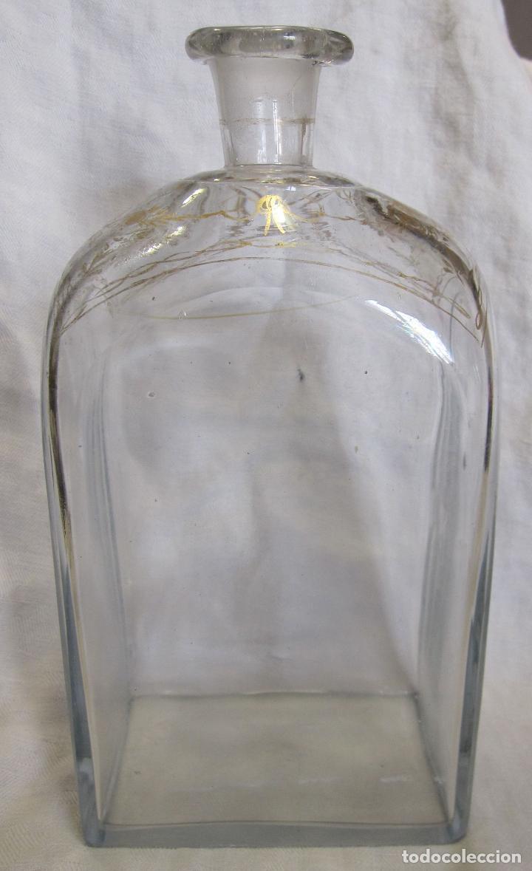 BOTELLA, FRASCO O GARRAFA DE LA GRANJA. DECORACIÓN DORADA AL FUEGO. FINAL SIGLO XVIII. 22X11,5X7,5CM (Antigüedades - Cristal y Vidrio - La Granja)
