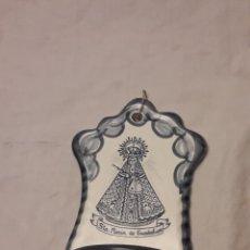 Antigüedades: PRECIOSA BENDITERA CERÁMICA BARREIRA PUENTE DEL ARZOBISPO, STA. MARÍA DE GUADALUPE. Lote 236201315
