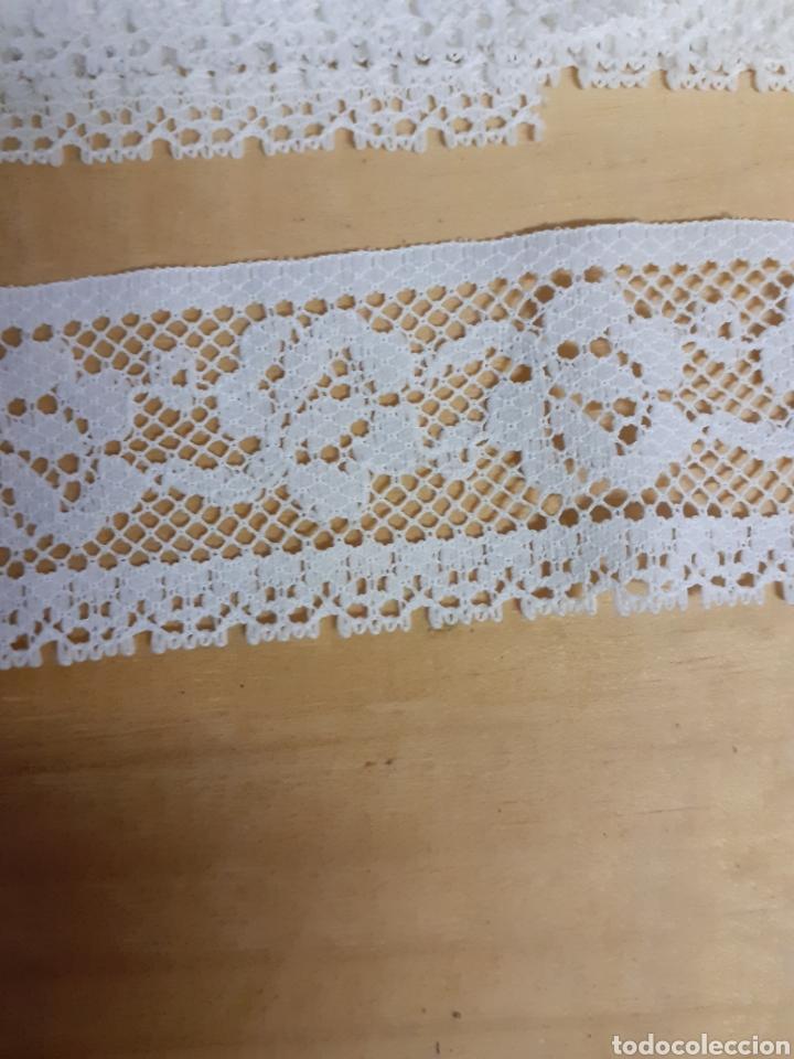 Antigüedades: Lote de 4 restos de tira bordada, mide 4 cm ancho y un metro de largo cada trozo - Foto 2 - 236220700