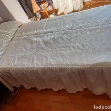 Antigüedades: BONITA COLCHA BORDADA DE RASO DE FIBRA PARA CAMA DE CUERPO Y MEDIO.. Lote 236225165