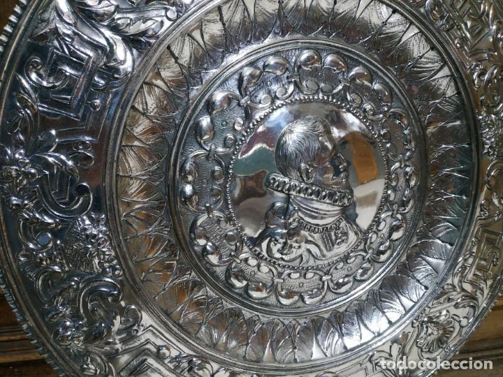 Antigüedades: PLATO EN METAL PARA COLGAR. 40 CM DIAM. COLOR PLATEADO. 980 GR. EL DE LA FOTO. - Foto 2 - 236303055