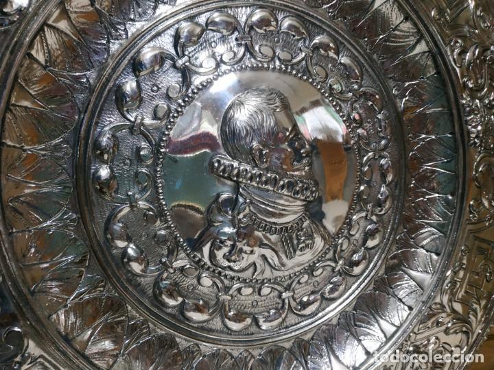 Antigüedades: PLATO EN METAL PARA COLGAR. 40 CM DIAM. COLOR PLATEADO. 980 GR. EL DE LA FOTO. - Foto 3 - 236303055
