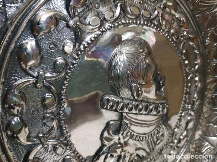 Antigüedades: PLATO EN METAL PARA COLGAR. 40 CM DIAM. COLOR PLATEADO. 980 GR. EL DE LA FOTO. - Foto 5 - 236303055